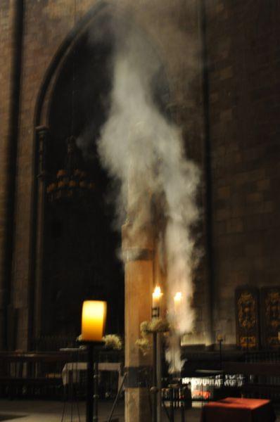 La guía hace una demostración de cómo el incienso religioso sube hacia las alturas dl templo desde el altar de Santa Maria del Pi