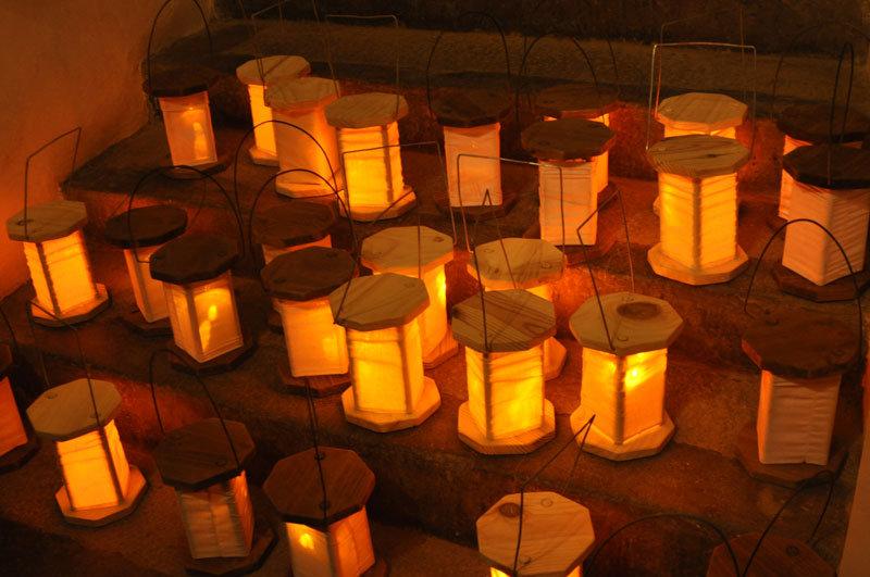 Una veintena de magnificas reproducciones de la slinternas medievales serán la única luz que acompañará a los turistas en su ascenso por los casi 60 metros del octogonal campanario