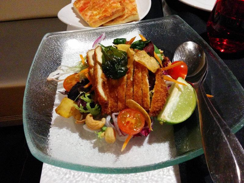 ensalada de pollo crujiente con anacardos, aguacate y chips de verdura