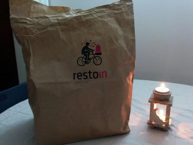 comiendo en Resto-in (comida a domicilio)