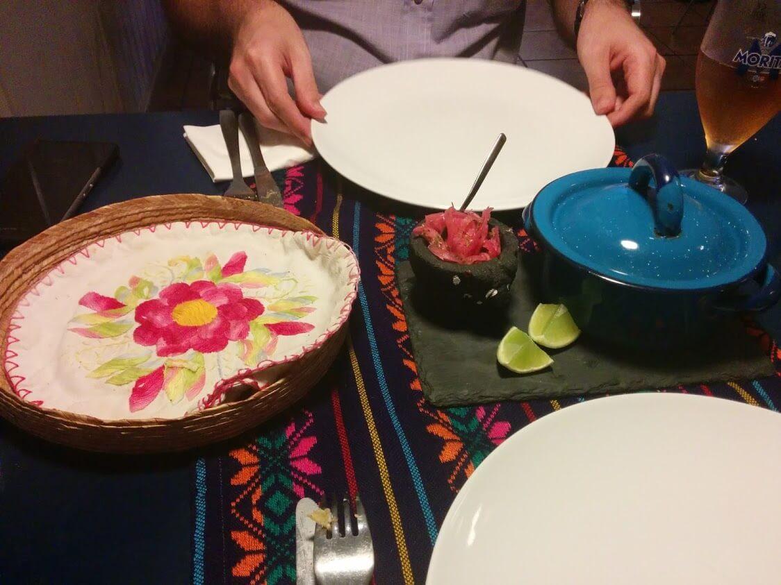 Cochinita pibil (carne a la olla cocinada a fuego lento adobada con axiote)