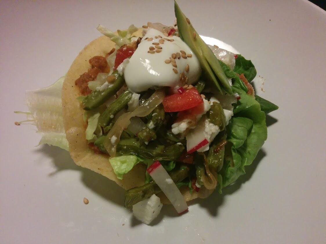 Tostada de nopalitos ecológicos a la Mexicana