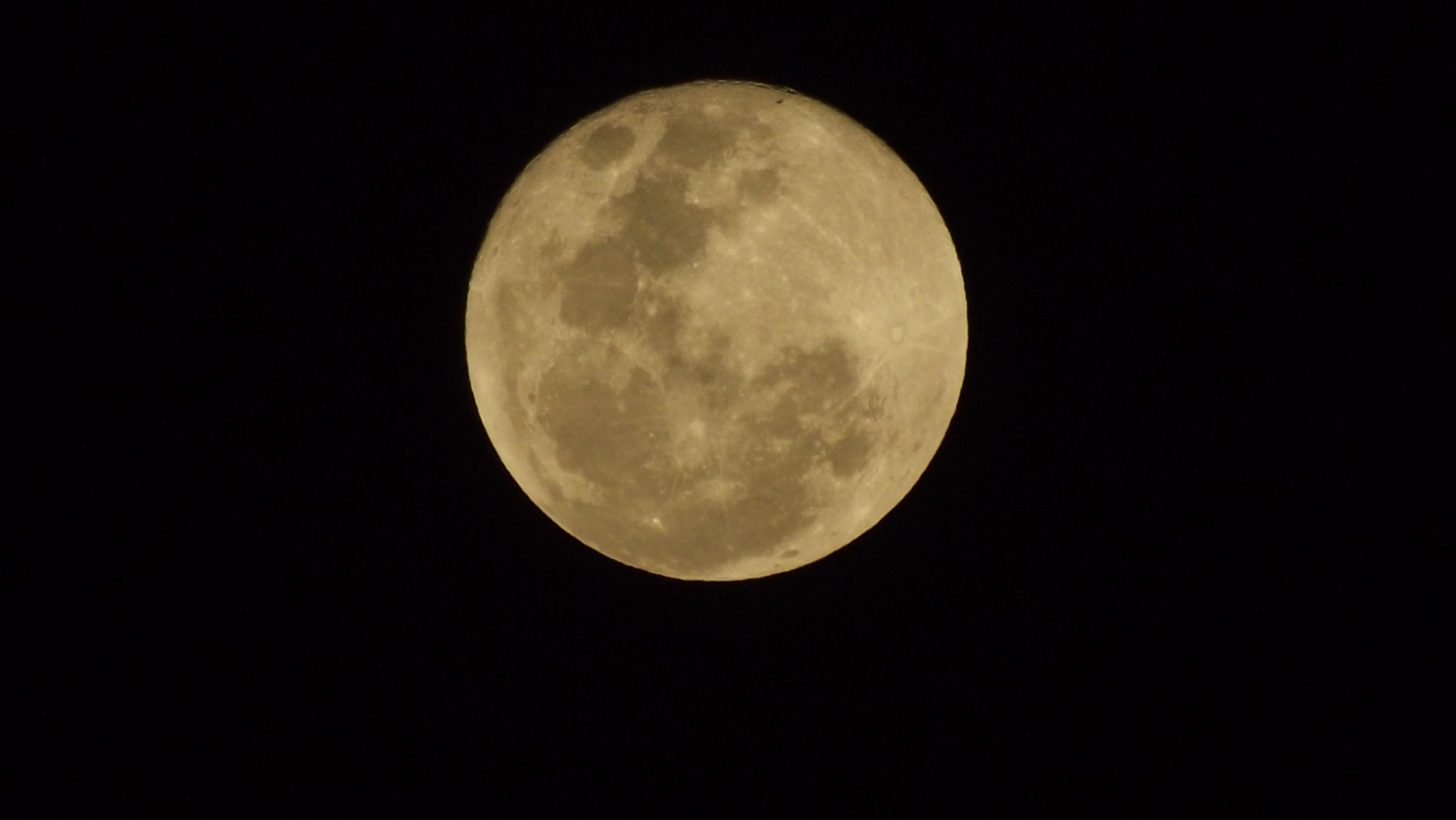 Super_Luna_2012_Desde_Uganda_Entebbe.jpg